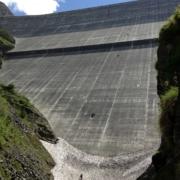Bildunterschrift: Diese beachtliche Staumauer hält gewaltige Mengen Wasser zurück - für später.
